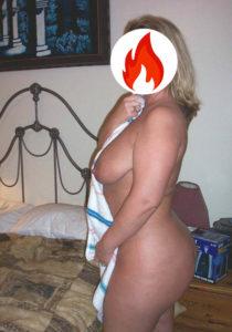 Donna matura calda con un gran posteriore